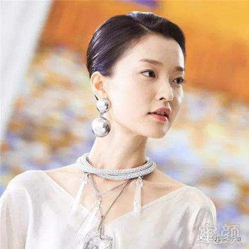 杜鹃同样是模特的杜鹃,和刘雯不同,她有一种高冷文艺的气质