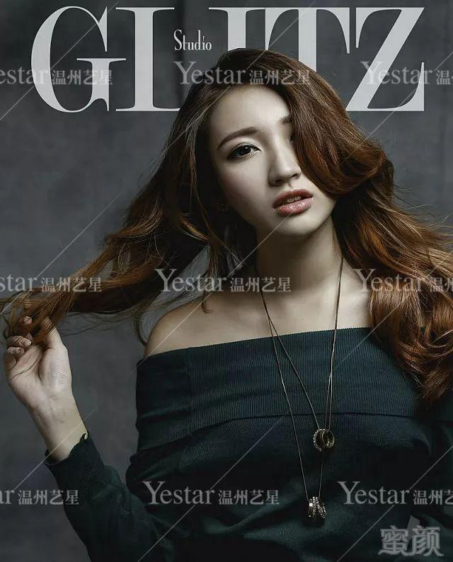 纹眉后,她竟然成为时尚杂志封面人物!